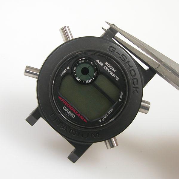 クォーツの腕時計。電池交換には、専門工具が必要 …